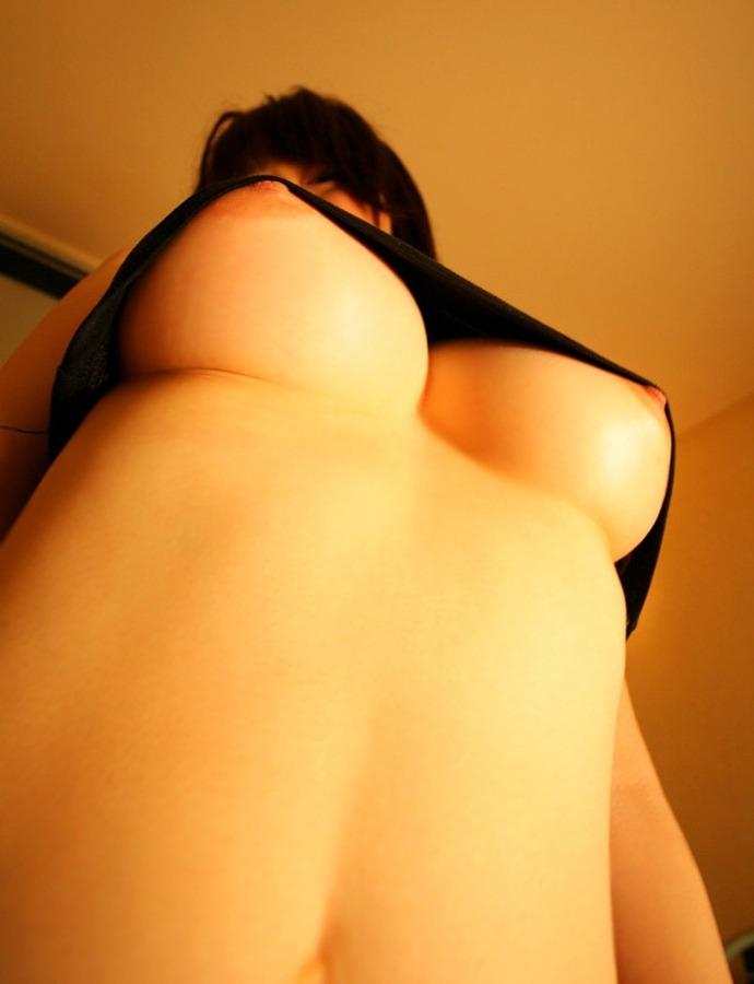巨乳 ローアングル 見上げる 下乳 おっぱい エロ画像【16】