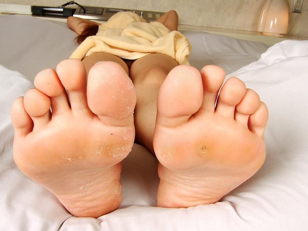 【汚い】女性の足裏画像、皮膚がボロボロ・黒ずみなどのフェチ