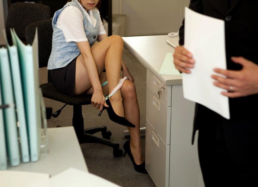 職場 ロッカールーム 脱ぎかけ 半脱ぎ OL エロ画像