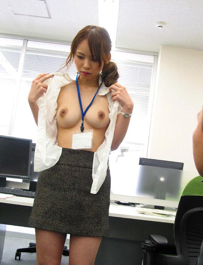 職場 ロッカールーム 脱ぎかけ 半脱ぎ OL エロ画像【11】
