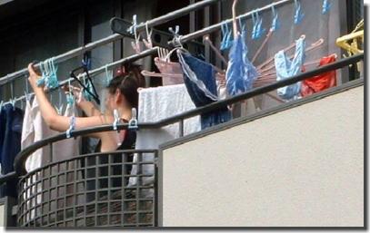 ベランダ盗撮!下着や洗濯物を干している女性のエロ画像 ①
