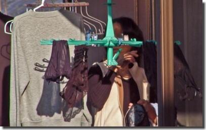 ベランダ盗撮!下着や洗濯物を干している女性のエロ画像 ③