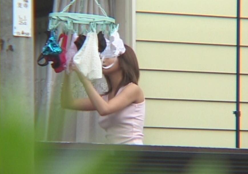 ベランダ 盗撮 下着 洗濯物 干す女性 エロ画像