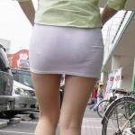 タイトスカートがお尻に張り付き透けパンしてるエロ画像