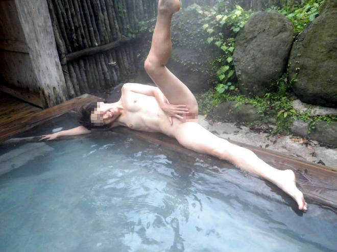 露天風呂 記念撮影 温泉 熟女 ギャル エロ画像【15】