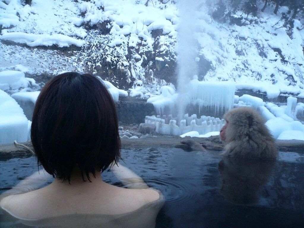 露天風呂 記念撮影 温泉 熟女 ギャル エロ画像【16】