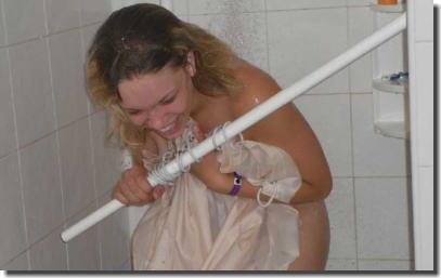 お風呂やシャワーを覗かれたリアクションが面白いエロ画像 ②