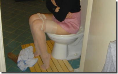 爪先立ちでおしっこ!洋式トイレの放尿あるあるエロ画像 ①
