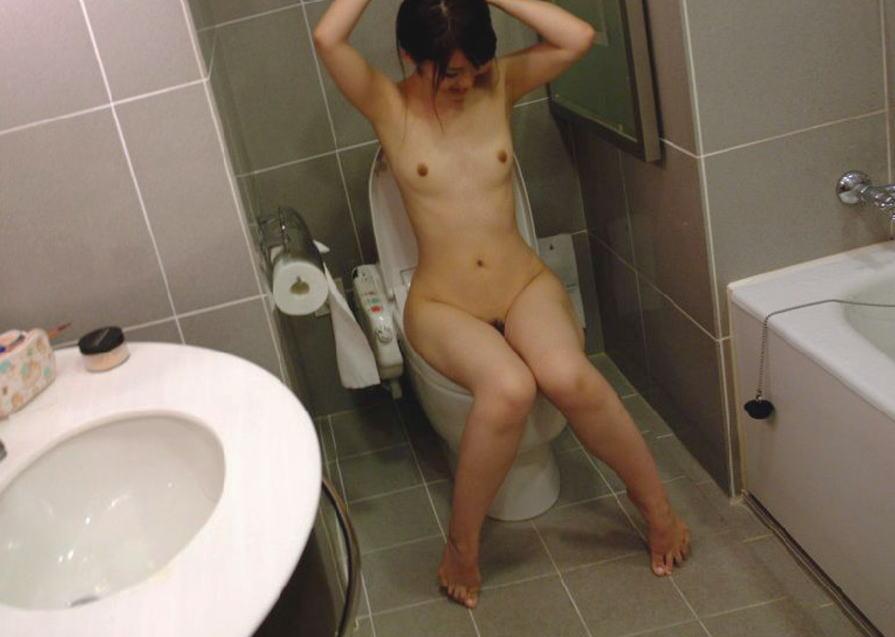 爪先立ち おしっこ 洋式トイレ 放尿 あるある エロ画像