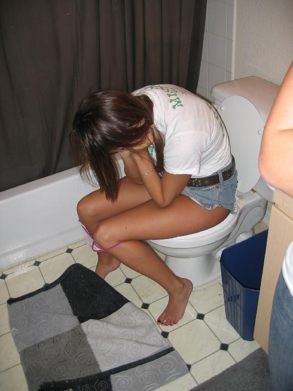 爪先立ち おしっこ 洋式トイレ 放尿 あるある エロ画像【15】
