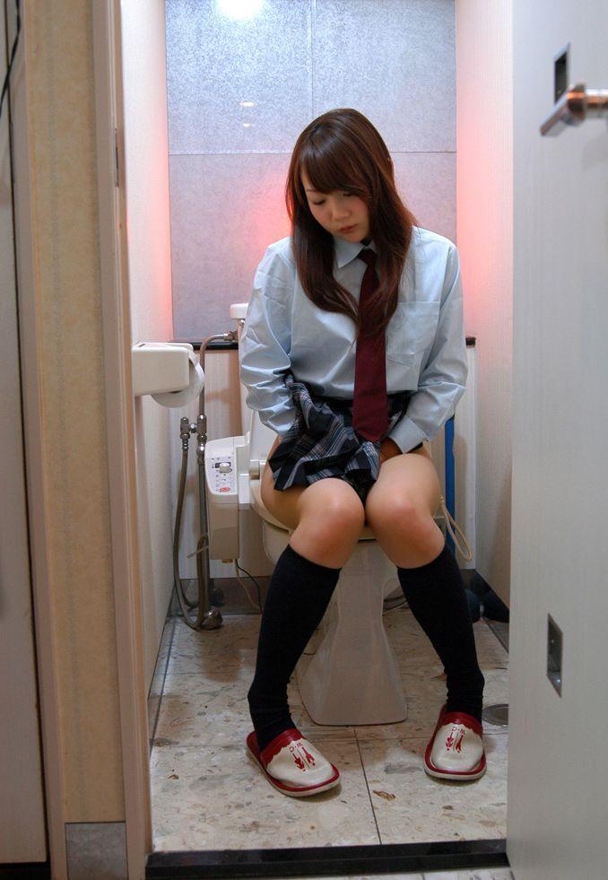 爪先立ち おしっこ 洋式トイレ 放尿 あるある エロ画像【16】