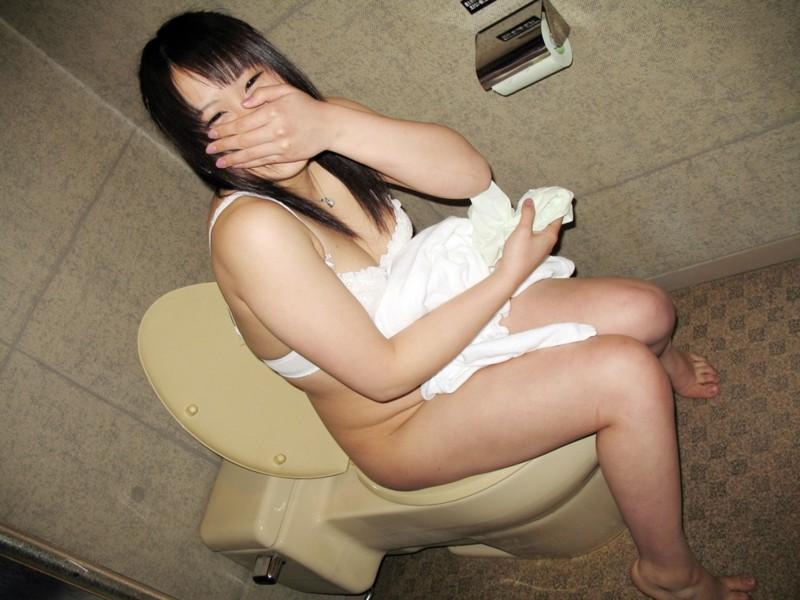 爪先立ち おしっこ 洋式トイレ 放尿 あるある エロ画像【21】