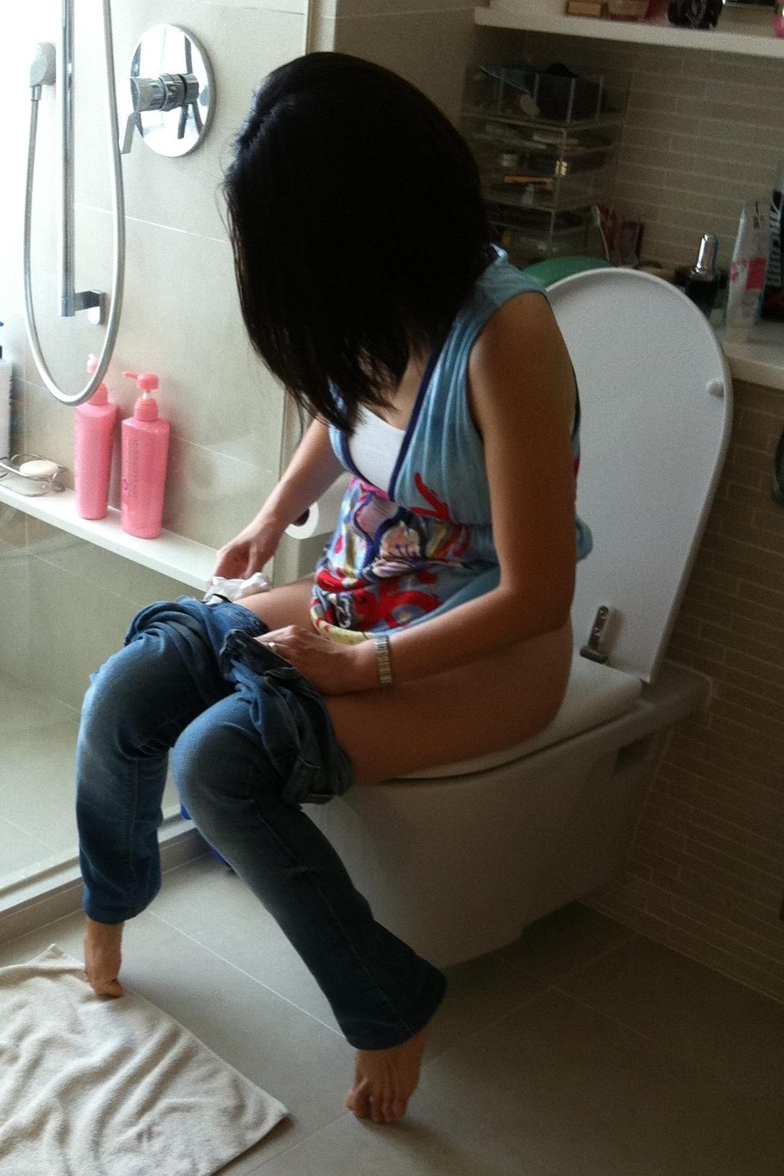 爪先立ち おしっこ 洋式トイレ 放尿 あるある エロ画像【25】