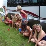 女友達と野外で連れションしてる放尿グループのエロ画像