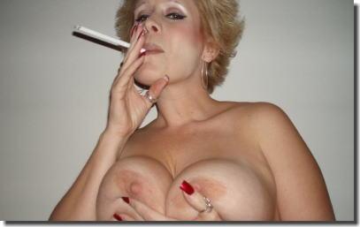 タバコを吸って息抜きしてる外国人の熟女・人妻エロ画像 ①