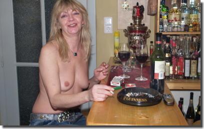 タバコを吸って息抜きしてる外国人の熟女・人妻エロ画像 ②