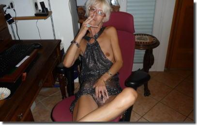 タバコを吸って息抜きしてる外国人の熟女・人妻エロ画像 ③