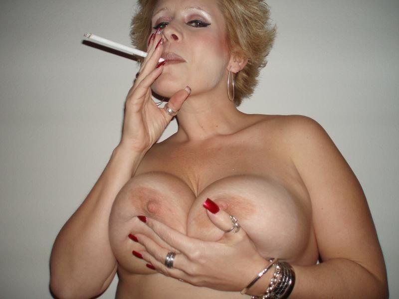 タバコ 吸う 息抜き 外国人 熟女 人妻 エロ画像【11】
