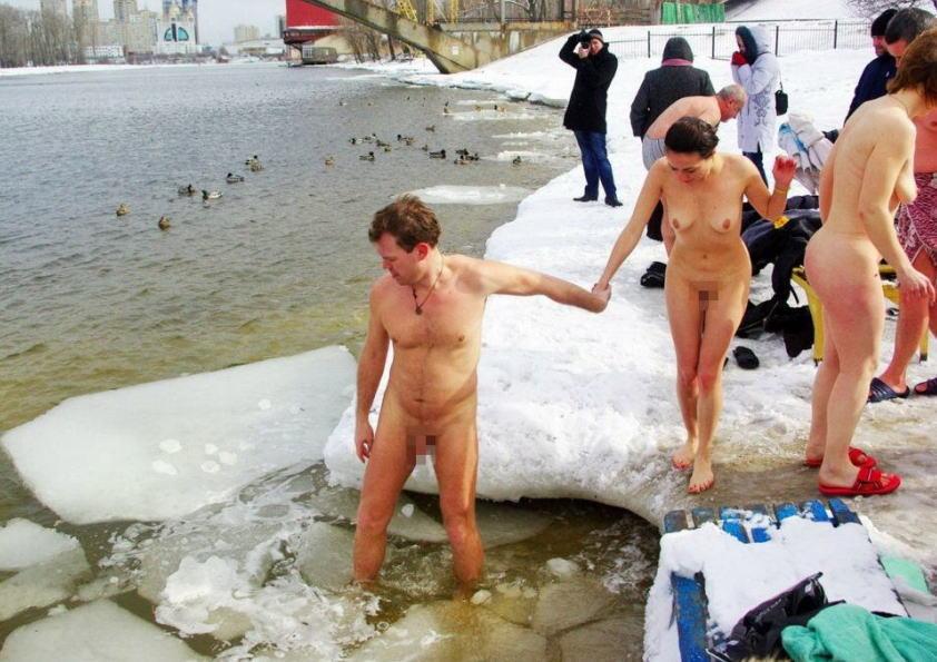 海外 寒中水泳 真冬 川 全裸 半裸 エロ画像