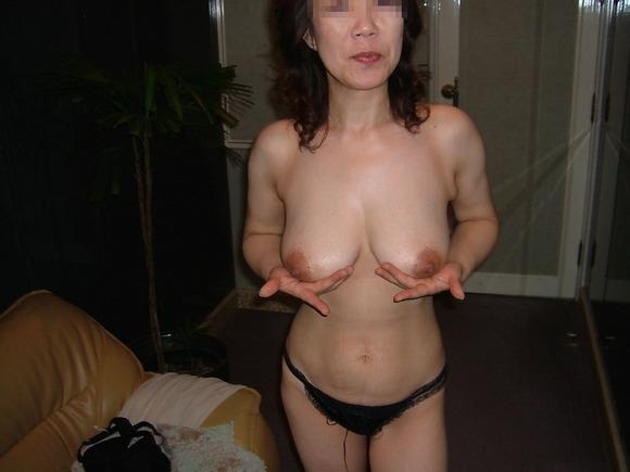 おばさん 勝負パンツ パンツ一枚 トップレス 熟女 エロ画像【2】