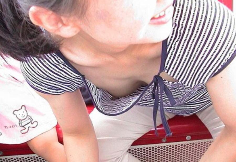 ノーブラ 子持ち ママ 乳首 ポロリ 母 胸チラ エロ画像