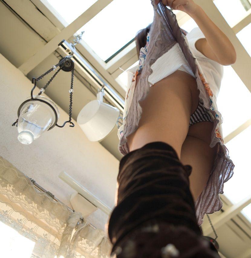 縞パン 逆さ撮り パンチラ 萌える ローアングル エロ画像【9】