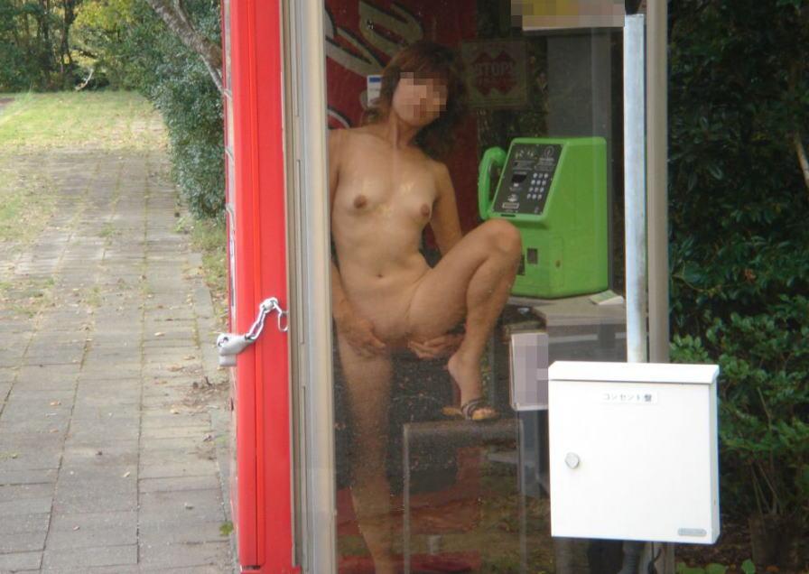 公衆電話に露出狂!電話BOX・テレフォンブースのエロ画像