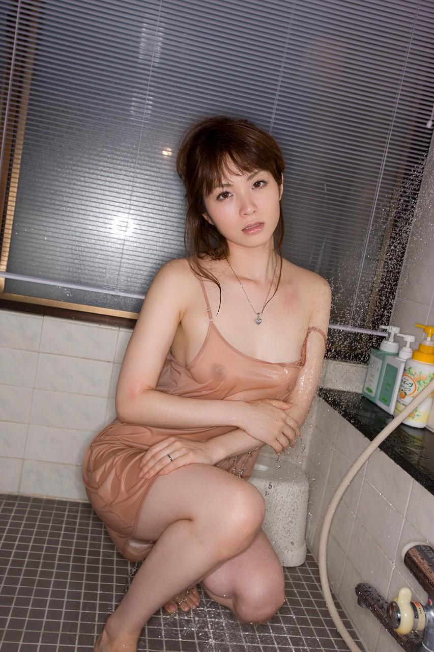 美女 着衣 濡れる 乳首 マン毛 透ける エロ画像【17】