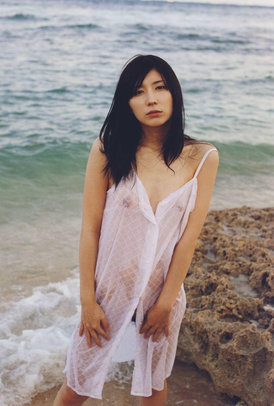 美女 着衣 濡れる 乳首 マン毛 透ける エロ画像【26】