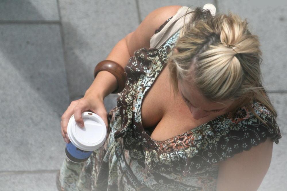 着衣巨乳 外国人 谷間 海外 街撮り エロ画像【32】