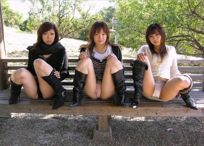 M字開脚で股間を晒す女が全員ブーツを履いているエロ画像