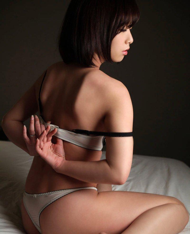お姉さん座り 横座り セクシー ブラジャー 脱ぐ エロ画像【6】