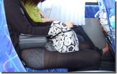 パンチラに気付かない!スカート捲れてパンツ丸見えな画像集 ③