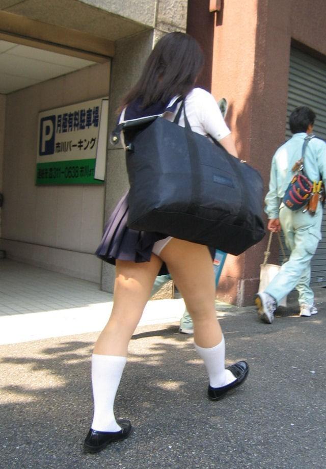 パンチラ 気付かない スカート 捲れる パンツ 丸見え エロ画像【5】
