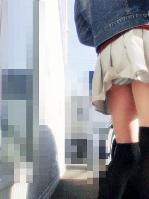パンチラ 気付かない スカート 捲れる パンツ 丸見え エロ画像【6】