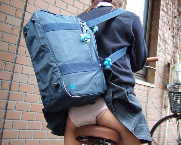 パンチラ 気付かない スカート 捲れる パンツ 丸見え エロ画像【12】