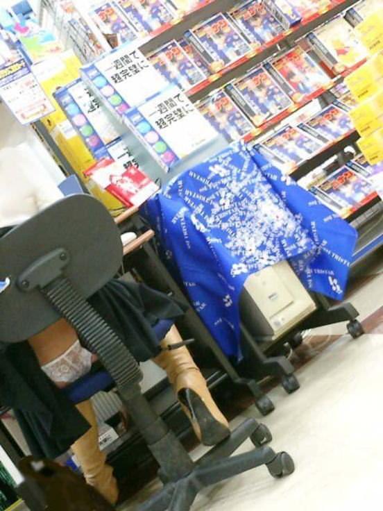 パンチラ 気付かない スカート 捲れる パンツ 丸見え エロ画像【15】
