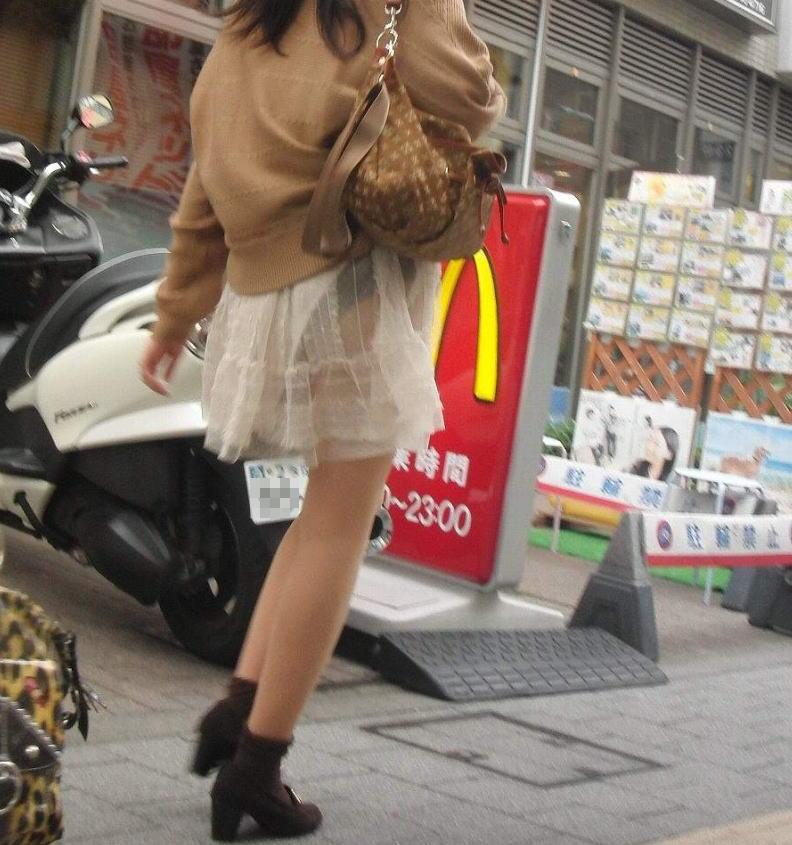 パンチラ 気付かない スカート 捲れる パンツ 丸見え エロ画像【18】