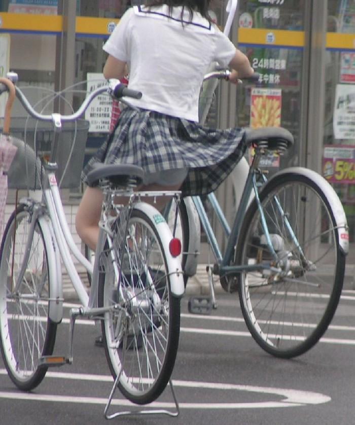 パンチラ 気付かない スカート 捲れる パンツ 丸見え エロ画像【21】