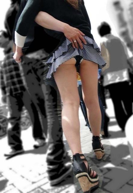 パンチラ 気付かない スカート 捲れる パンツ 丸見え エロ画像【22】