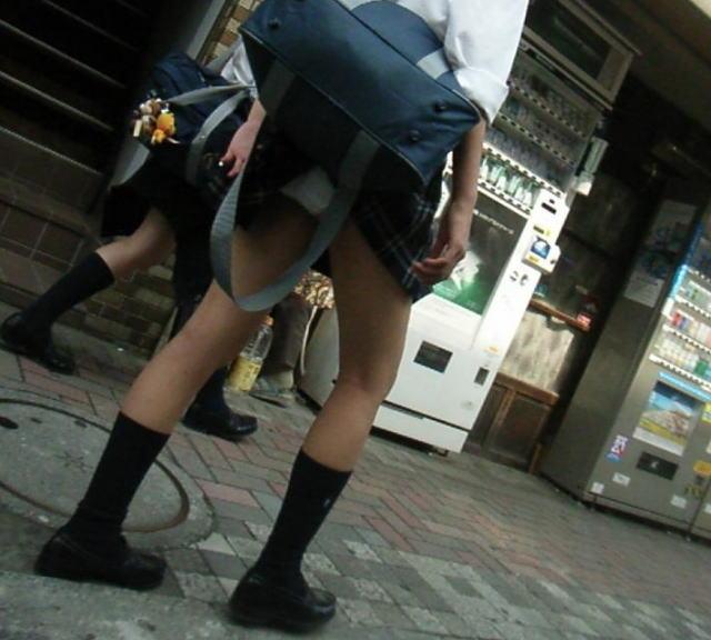 パンチラ 気付かない スカート 捲れる パンツ 丸見え エロ画像【33】