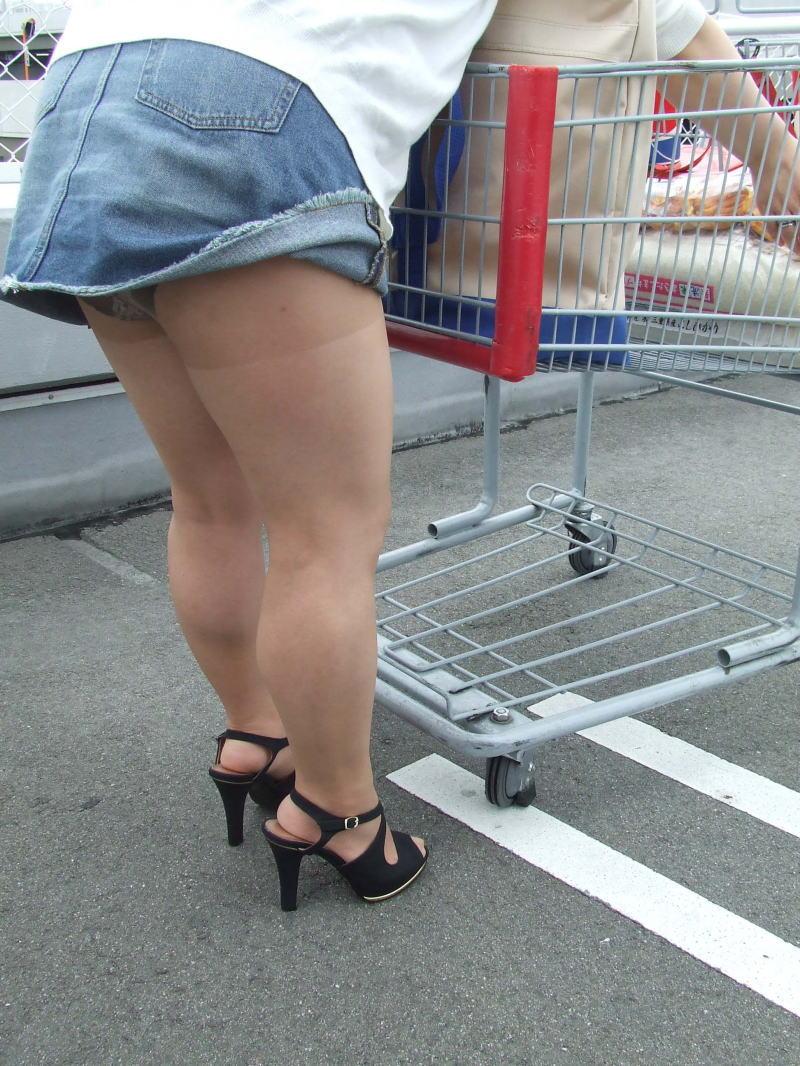 パンチラ 気付かない スカート 捲れる パンツ 丸見え エロ画像【36】
