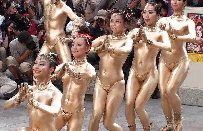 大衆の前で生おっぱい揺らしまくる名古屋の大須大道町人祭に衝撃…【画像・動画】