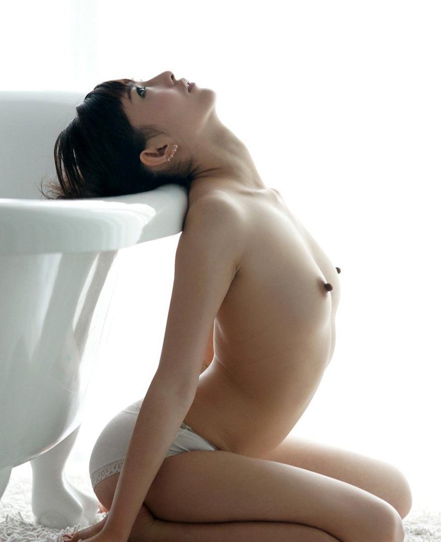 貧乳 勃起 乳首 敏感 性感帯 ビンビン エロ画像【10】