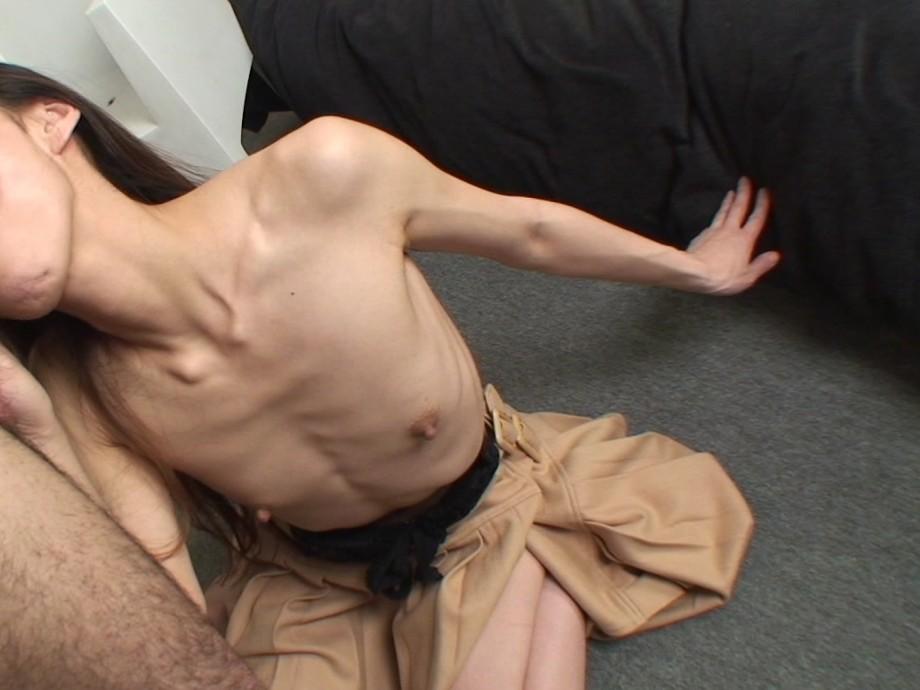 貧乳 勃起 乳首 敏感 性感帯 ビンビン エロ画像【23】