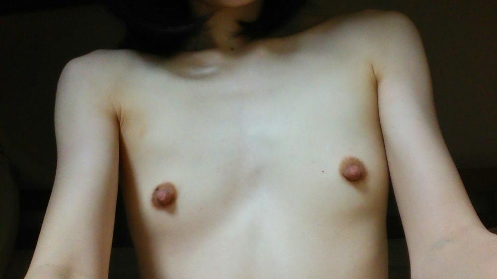 貧乳 勃起 乳首 敏感 性感帯 ビンビン エロ画像【29】