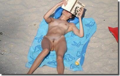 ヌーディストビーチは外国人の仰向けマンコ見放題なエロ画像 ④