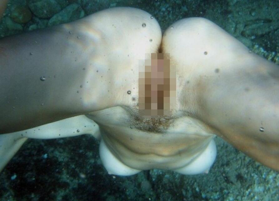 おっぱい マンコ 水中 撮影 神秘的 エロ画像