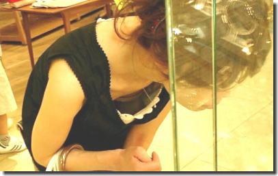 デパート・スーパーで買い物する女性客の店内胸チラエロ画像 ②