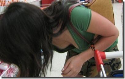 デパート・スーパーで買い物する女性客の店内胸チラエロ画像 ③